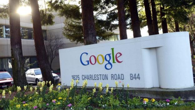 Firmenlogo auf Mauer vor dem Google-Gebäude in Mountain View.