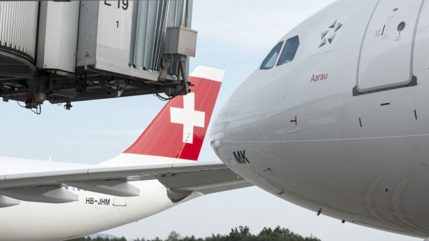 Zu sehen sind Flugzeuge der Swiss am Flughafen Zürich.