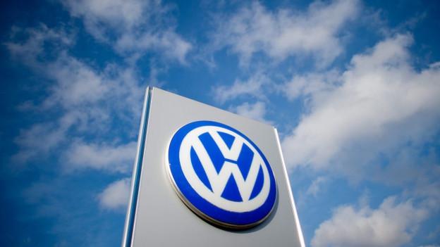 Rundes Volkswagen Logo vor blauem Himmel.