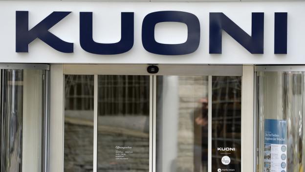 Kuoni Logo über einer Glastür.