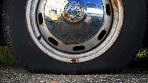 Nahaufnahme eines platten VW-Pneus