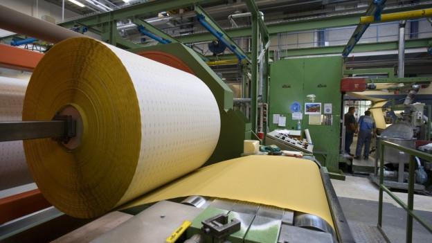 Eine Rolle Schleifpapier in der Produktionsstätte der sia Abrasives Holding AG in Frauenfeld im Kanton Thurgau.