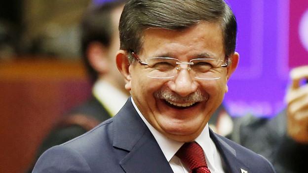 Der türkische Ministerpräsident Ahmet Davutoglu lächelt während dem EU-Türkei-Gipfel in Brüssel.