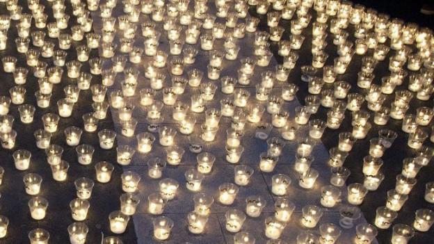 Hunderttausend Kerzen wurden von Freiwilligen in den Strassen von der Fussgängerzone von Neuenburg zur 1000 Jahr Feier der Stadt aufgestellt.