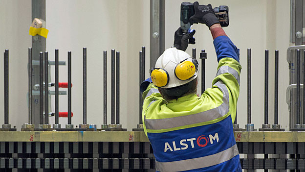 Ein Alstom-Arbeiter bei der Montage.