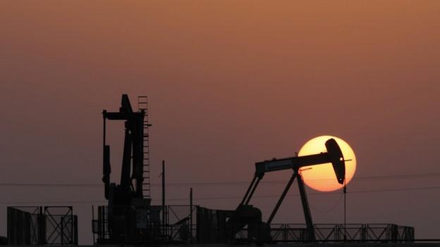 Eine Ölpumpe im Gegenlicht bei Sonnenuntergang