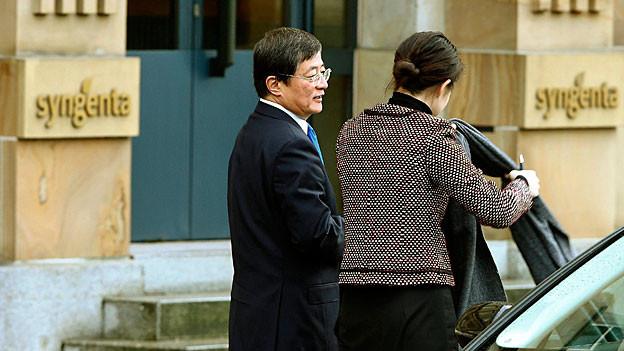 Ren Jiaxin, Verwaltungsratspräsident von ChemChina steht vor dem Syngenta-Hauptsitz in Basel.Hauptsitz