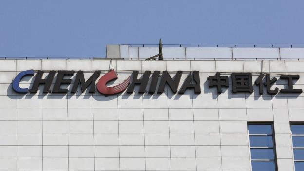 Firmenlogo am Hauptsitz von ChemChina in Peking.