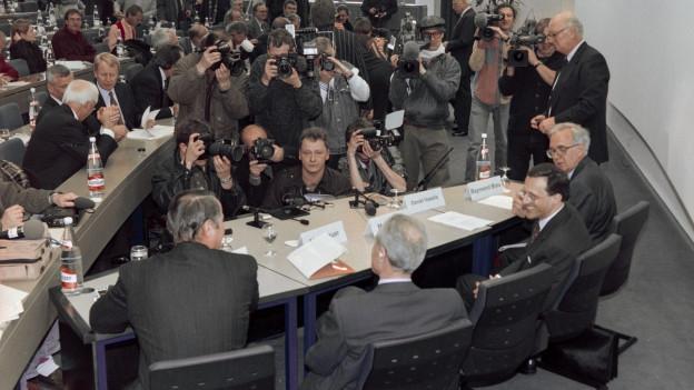 Pressekonferenz zur Fusion von Ciba und Sandoz zu Novartis in Basel am 7. März 1996.