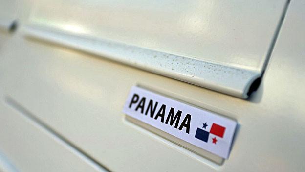 Auf einem Briefkasten steht «Panama», daneben eine panamaische Flagge.