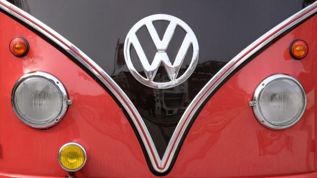 Front eines klassischen roten VW-Busses mit dem Logo der Firma