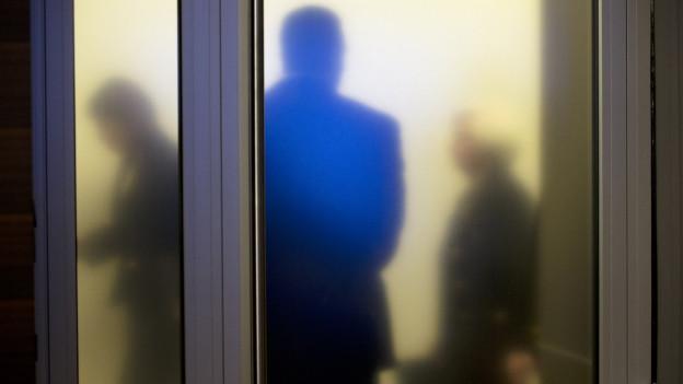 Hier auf dem Bild die Notenbank-Präsidentin Janet Yellen hinter einer Milchglastüre.