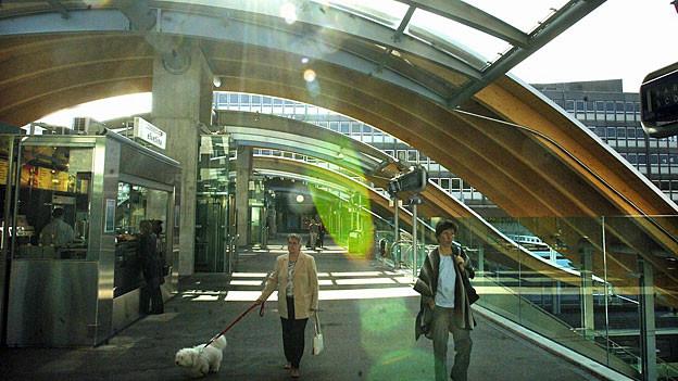 Blick auf die Gleiszugänge bei der «Welle» im Bahnhof Bern.