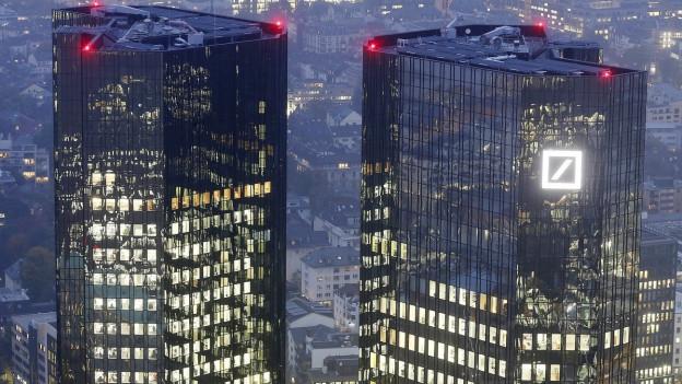 Zwei Banktürme im deutschen Frankfurt bei Nacht