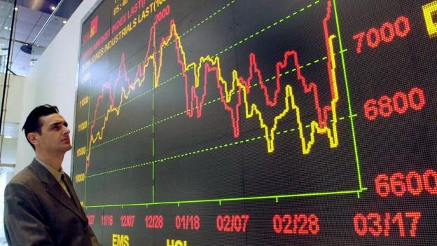 Ein Besucher in der alten Zürcher Börse verfolgt den Verlauf des Swiss Market Index. Der SMI verzeichnete eine deutliche Tendenz nach oben