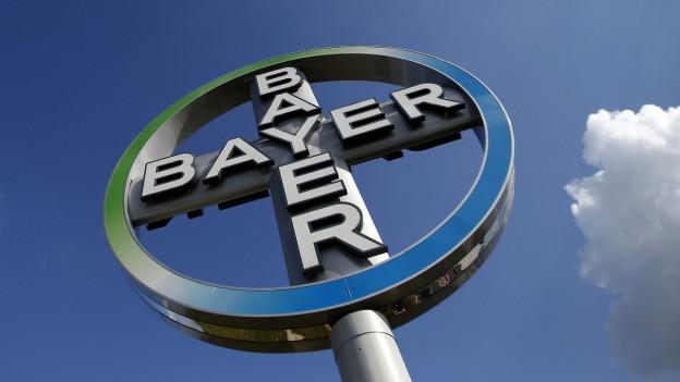 Das Logo des deutschen Unternehmens Bayer wird in einer Nahaufnahme gezeigt.