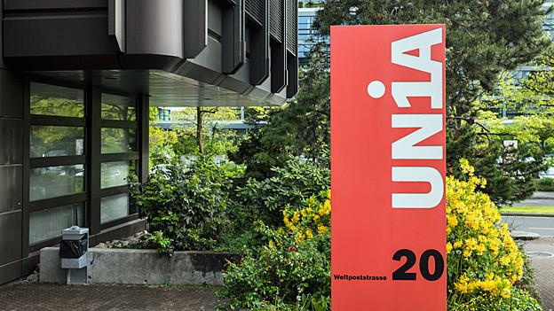 Das Logo von UNIA vor dem Hauptsitz in Bern.