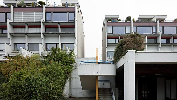 Blick auf ein Mehrfamilienhaus.