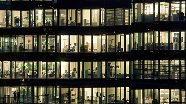 Blick in ein Bürogebäude, in dem viele Angestellte arbeiten.