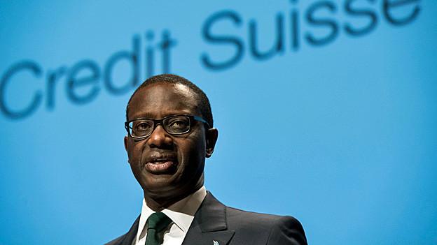Tidjane Thiam steht vor dem Logo von Credit Suisse.