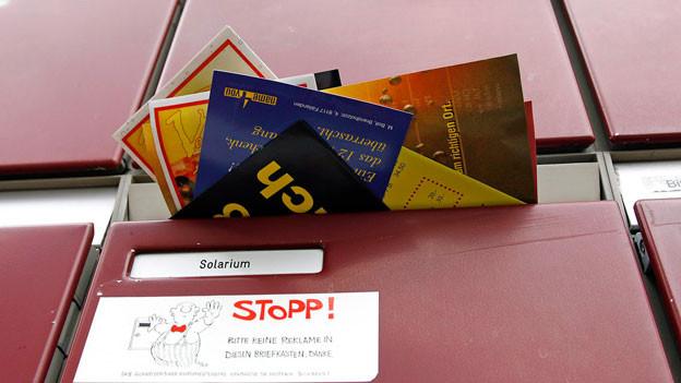 Ein Briefkasten eines Mehrfamilienhauses mit einem «STOPP bitte keine Reklame in diesen Briefkasten»-Kleber.