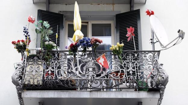 Blick auf einen Balkon mit Sonnenschirm.