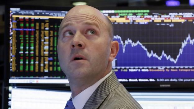 Ein Börsenhändler schaut gebannt auf die Kurse.
