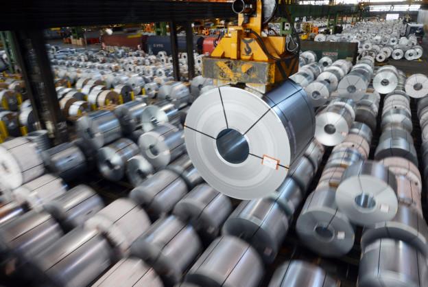 Eine Stahlblechrolle, ein sogenanntes Coil, hängt in Salzgitter (D) auf dem Gelände des Stahlwerks der Salzgitter AG an einem Kran.