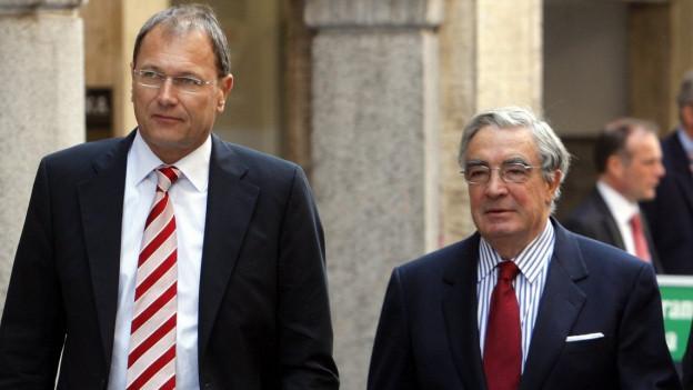 Ex-Crossair-CEO André Dosé und Gründer Moritz Suter während einer Prozesspause in Bellinzona.