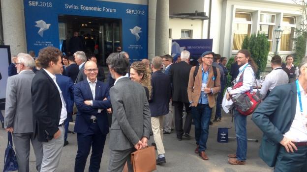 Zu sehen sind gut gelaunte Wirtschaftskräfte am SEF in Interlaken.
