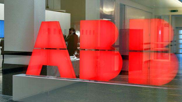 Logo der ABB in der Eingangshalle in Zürich.