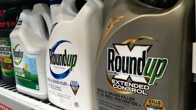 Roundup-Produkte in einem Ladenregal.