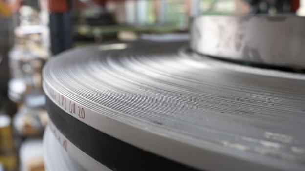 Stahl für die Messerherstellung im Victorinox-Werk in Ibach.