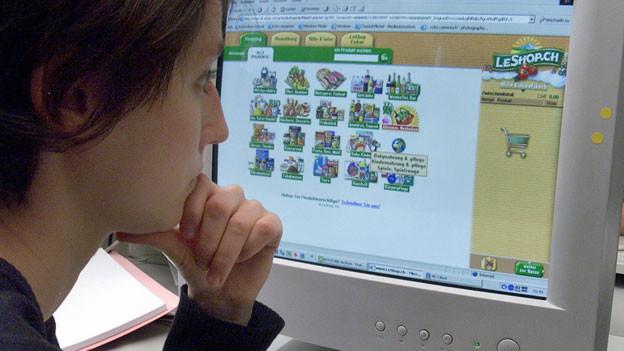 Eine Kundin bestellt online Lebensmittel.
