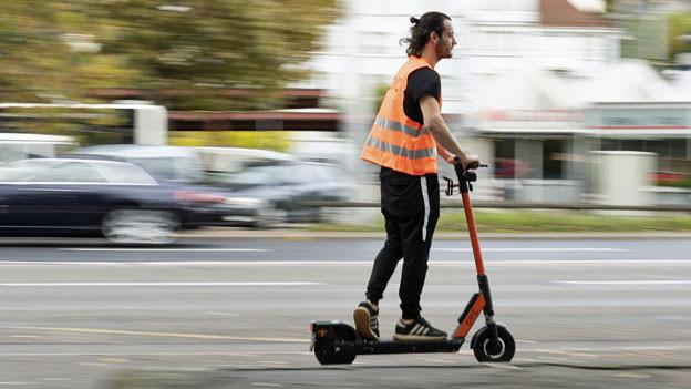 E-Scooter-Fahrer in Zürich.