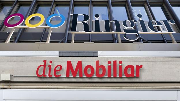 Das Logo der Mobiliar und das Logo des Medienkonzerns Ringier in Zürich.