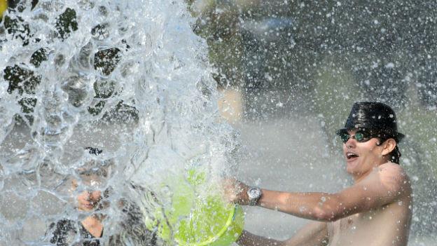 Wasserschlacht im Hochsommer.