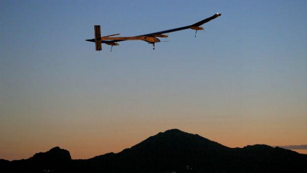 Von West nach Ost: Die Solar Impulse über Phoenix/Arizona.