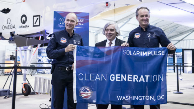 Bertrand Piccard mit US-Energieminister Moniz und Pilot André Boschberg.