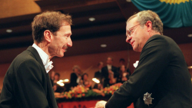 Rolf Zinkernagel bei der Verleihung des Nobelpreises 1996 (mit Schwedens König Carl Gustaf).