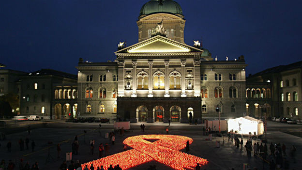 6000 Kerzen brennen auf dem Bundesplatz. Eine Aktion zum Welt-Aids-Tag (2004).