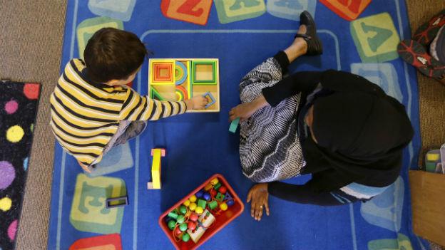 Spielen mit Bauklötzchen kann das Interesse an Naturwissenschaften wecken.