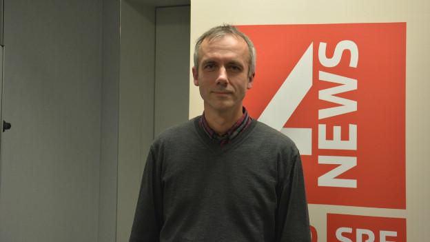 Manfred Stähli im Studio von SRF 4 News