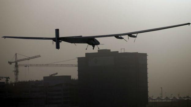 Das Solarflugzeug «Solar Impulse 2» kurz nach dem Start über dem Flughafen von Abu Dhabi.