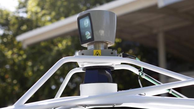 Grossaufnahme eines kameraähnlichen Sensors auf einem Autodach.