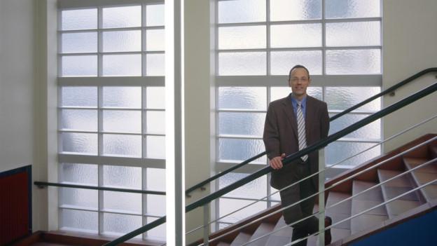 Auf dem Bild ist der ETH-Präsident Lino Guzzella, in einem Treppenhaus zu sehen