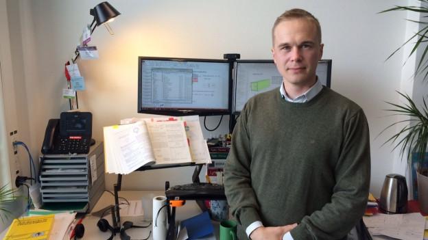 Der Chemie-Ingenieur Kevin Sivula steht vor seinem Computer an der ETH Lausanne.