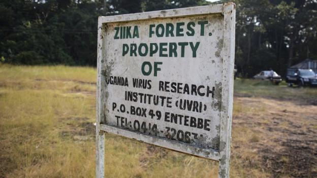 Eine alte Tafel in Uganda, die auf das Zika-Forschungszentrum hinweist.