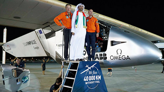 André Borschberg, Sultan Bin Ahmed Al Jaber, Bertrand Piccard posieren vor der «Solar Impulse 2».