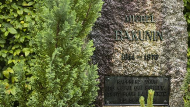 Der graue, steinerne Grabstein von Michail Bakunin auf Bremgartenfriedhof in Bern.